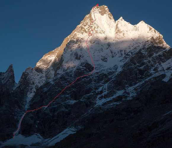 Маршрут  All Izz Well (VI WI5 M6, 1500m) по северо-восточной стене горы Киштвар (Cerro Kishtwar) высотой 6155 метров, что расположена в Индийских Гималаях. Фото Genki Narumi