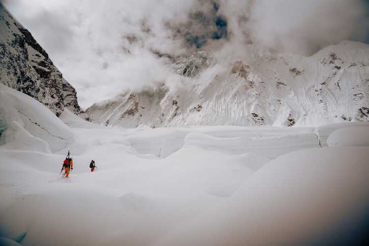 Джеймс Уайт Моррисон (James White Morrison) и Хилари Нельсон (Hilaree Nelson) проходят ледопад Кхумбу. На прохождение участка от базового лагеря до второго высотного у них ушло 12 часов из-за большого количества свежевыпавшего снега Фото NICK KALISZ