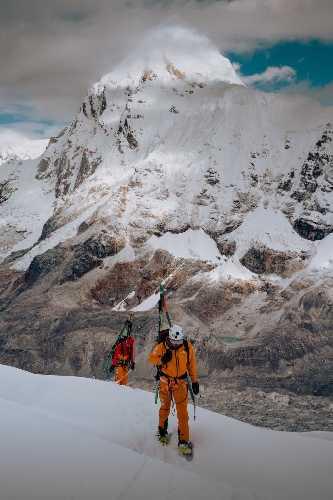 Джеймс Уайт Моррисон (James White Morrison) и Хилари Нельсон (Hilaree Nelson) на более открытом участке на пути во второй высотный лагерь. Фото NICK KALISZ