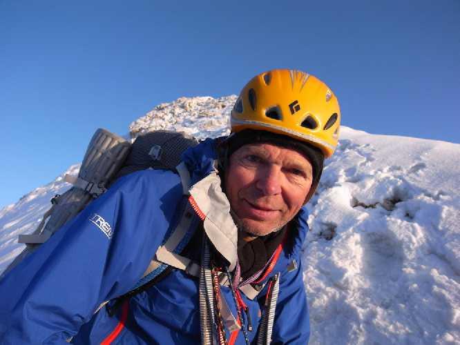 Мик Фаулер (Mick Fowler) на вершине горы Суламар (Sulamar) в китайском Тянь-Шане. Фото Mick Fowler