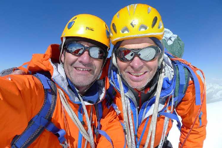 Пол Рамсден (Paul Ramsden)  и Мик Фаулер (Mick Fowler) на вершине горы  Shiva (6.142м) в Гималаях. Фото Mick Fowler