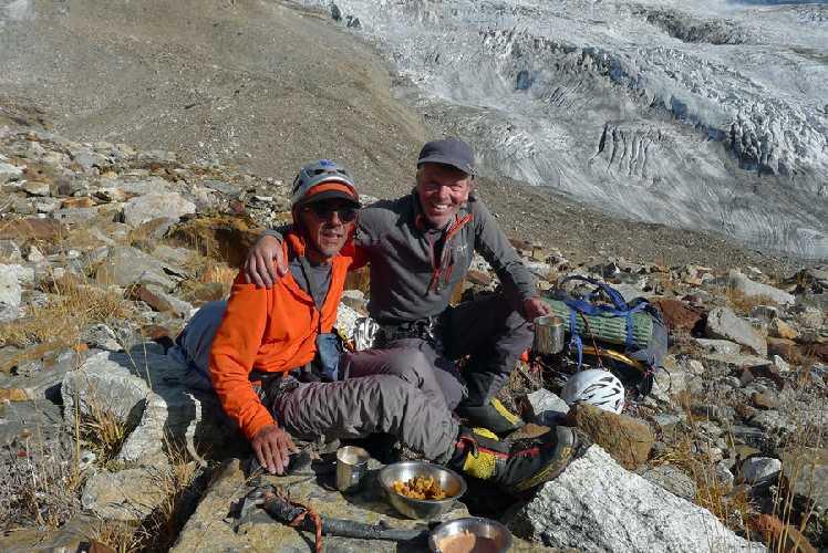Виктор Сандерс (Victor Saunders) и Мик Фаулер (Mick Fowler) после спуска с горы. Фото Mick Fowler