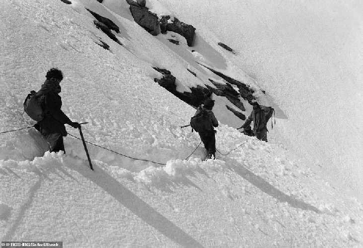 Три участника экспедиции спускаются с Karpo Riwo в верховьях долины Кама (Kama Valley)