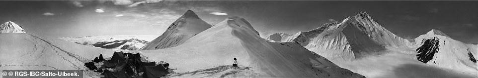 Панорама Эвереста (вид на северный пик и северное седло) с лагеря на отметке 6860 метров