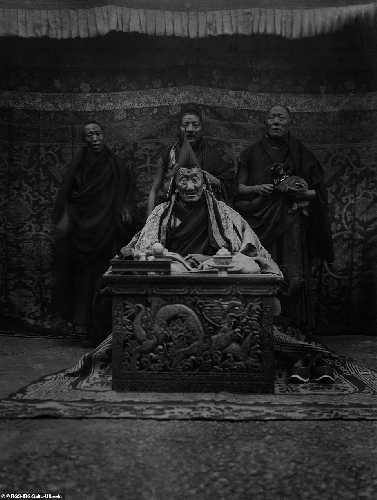 Помимо захватывающих горных пейзажей, альпинисты фотографировали и местных жителей, как например этих тибетских монахов и настоятеля монастыря Шекар Чоте (Shekar Chote)