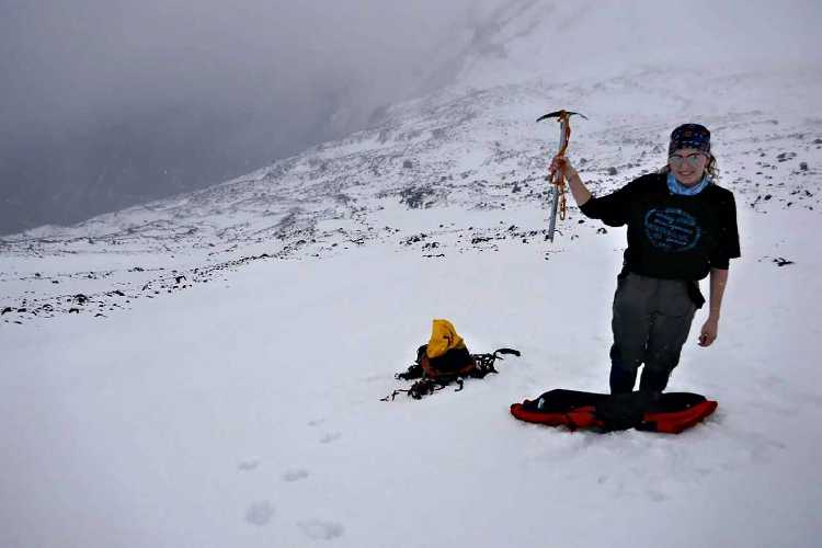 Лили Хиллари (Lily Hillary) на вершине горы Нгаурухоэ (Mount Ngauruhoe). Фото Doug Sherring