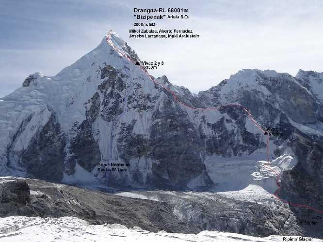 """Новый испанский маршрут """"Bizipenak"""" (2000м, ED-)по юго-западному гребню  горы Дрангнаг-Ри  / Драгнаг-Ри (Drangnag Ri / Dragnag Ri) высотой 6801 метров. Фото Mikel Zabalza.<br><br>Синей линией отмечен маршрут Брюса Норманда 2005 года"""
