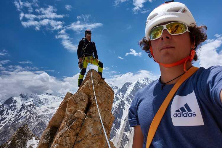 Александр Хубер (Alex Huber) и Фабиан Буль (Fabian Buhl) на вершине пика Чоктой Ри (Choktoi Ri) 6166 метров. Фото  Alex Huber / Fabian Buhl)