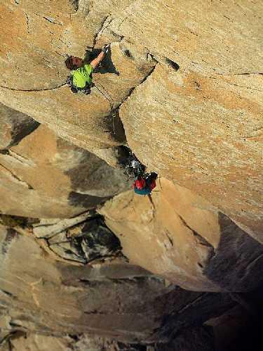 """Адам Ондра (Adam Ondra) и Нико Фавресс  (Nico Favresse) в попытке пройти маршрут  """"Salathe Wall"""" он-сайтом. Фото  Bernardo Gimenez / Visual Media"""