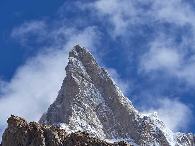 Вершинная пирамида пика Чоктой Ри (Choktoi Ri) 6166 метров. Фото  Alex Huber / Fabian Buhl)