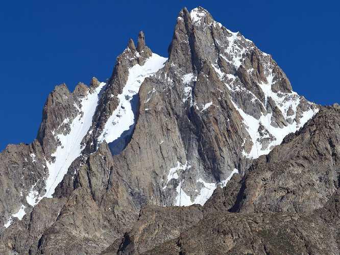 Чоктой Ри (Choktoi Ri) 6166 метров в массиве Сума Бракк (Suma Brakk) . Фото  Alex Huber / Fabian Buhl)