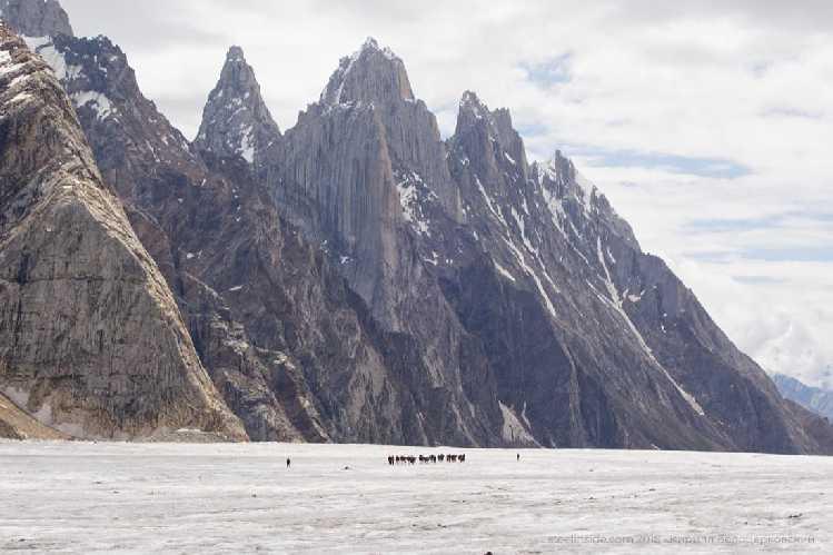 Вершины над ледником Биафо. Стоянка Накпогоро находится у основания одной из них. Фото Кирилл Белоцерковский