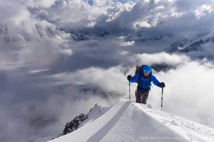 Макс подходит к вершине пика 5560. На фоне верховья ледника Биафо. Фото Кирилл Белоцерковский