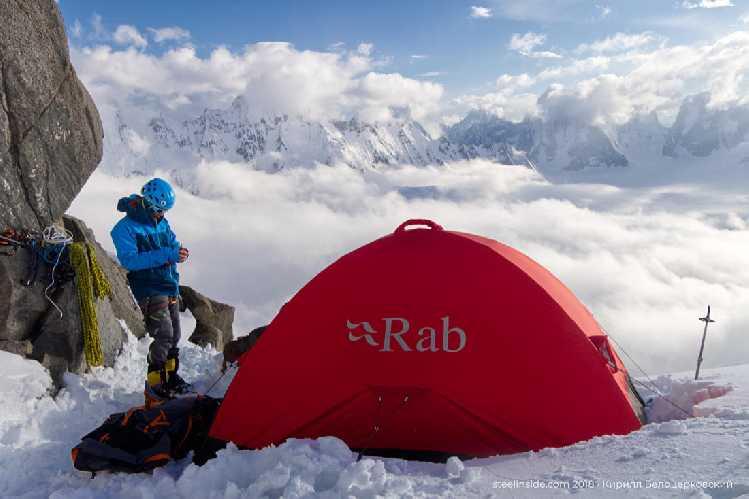 Наша палатка на вершине 5560. Облака пока скрывают горы, но скоро раздует. Фото Кирилл Белоцерковский