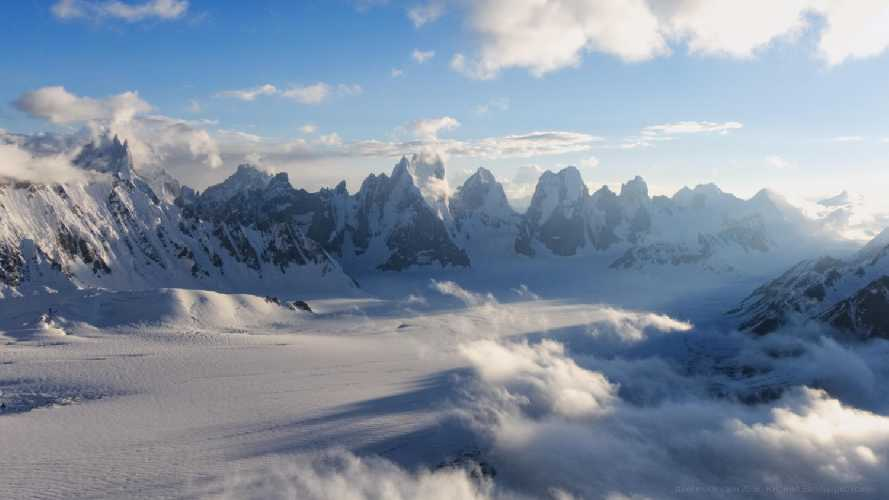 Вершины над слиянием ледников Биафо и Сим Ган. В центре кадра Сосбун Бракк, правее Солу Тауэрс. Справа в облаках перевал Хиспар. Фото Кирилл Белоцерковский