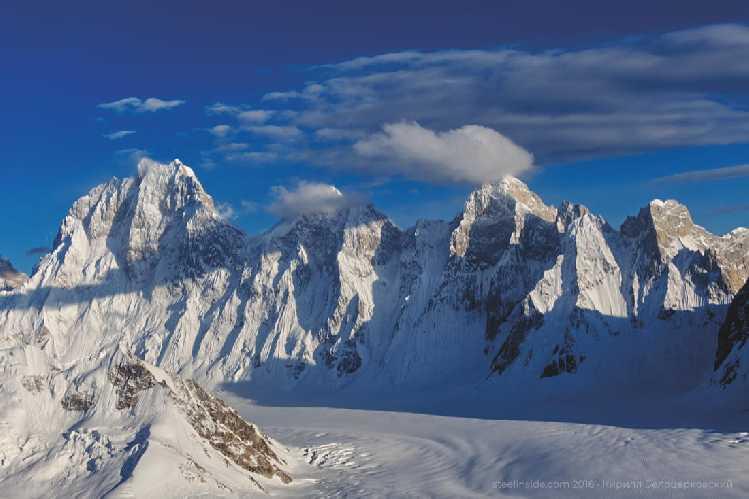 Главная Баинта Бракк и её западный гребень. Ближе к главной вершине 1-я западная, 6660 м, правее (под бо́льшим облаком) — 2-я западная, 6560. Вид с вершины 5560. Фото Кирилл Белоцерковский
