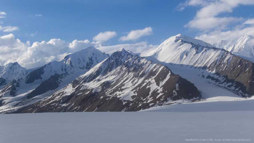 Пологие вершины на верхней стороне ледника Сим Ган. Мы сходили на пик 5560, он в центре кадра. Фото Кирилл Белоцерковский
