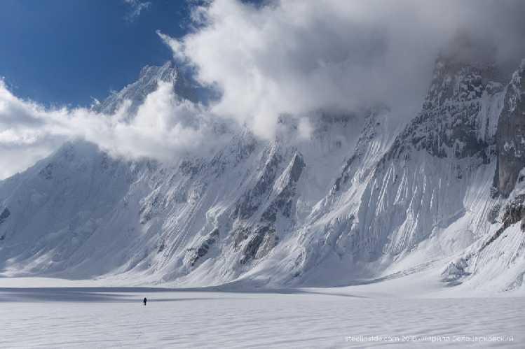 Макс на леднике Сим Ган. На фоне — массив Баинта Бракк<br><br>. Фото Кирилл Белоцерковский