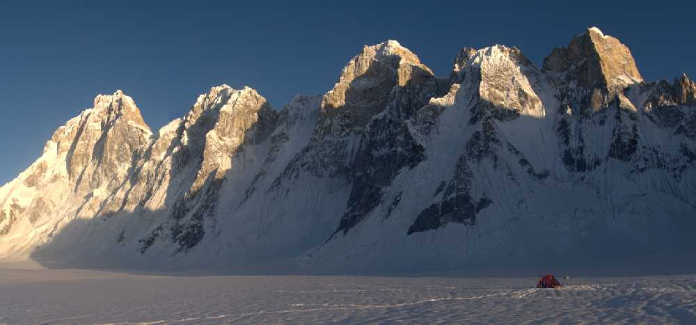 Массива Баинта Бракк. В левой части фотографии — главная вершина, 7285 м. Наша палатка на леднике Сим Ган, высота 4900 метров. Вечер после спуска. Фото Кирилл Белоцерковский