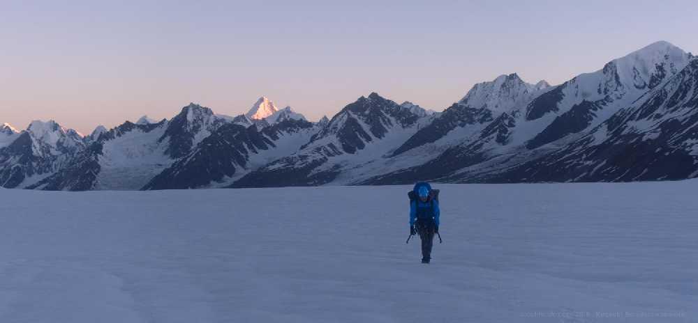 Макс утром перед стартом. Слева над ним светится Канжут Сар, 7760 м. Фото Кирилл Белоцерковский