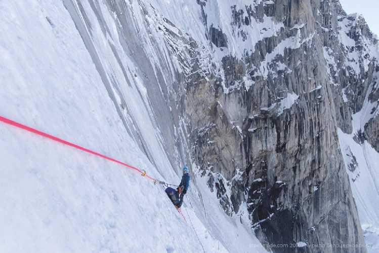 Траверс налево под скалами. Вверх не захотелось, лёд совсем тонкий. Фото Кирилл Белоцерковский