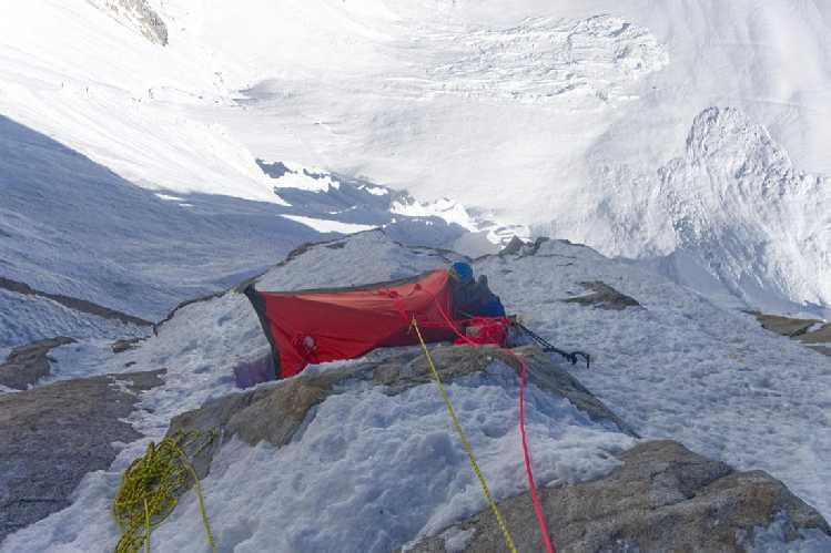 Первая ночёвка. Большая часть палатки висит в воздухе. Фото Кирилл Белоцерковский