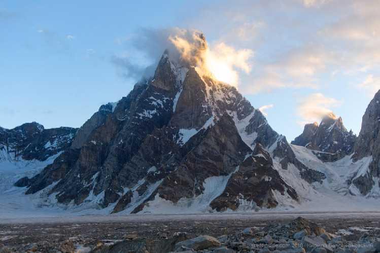 Нижняя часть пика Сосбун Бракк, 6413 Вершины не видно, к ней ведёт крутой длинный гребень. Фото Кирилл Белоцерковский