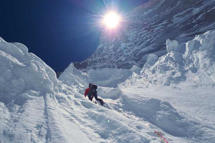 Я в верхней части ледового склона. Скоро траверс налево и ночёвка. Фото Кирилл Белоцерковский