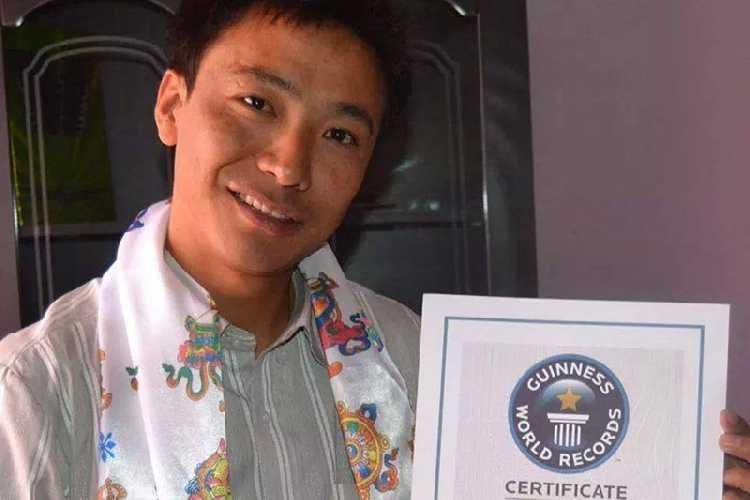 Пемба Дордже (Pemba Dorjie Sherpa) с сертификатом Книги рекордов Гиннеса