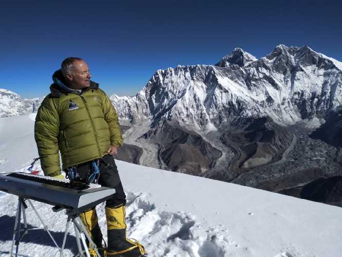 Филипп Жени (Philippe Génin) на вершине Ама-Даблам (Ama Dablam, 6813 метров) . Фото Philippe Génin