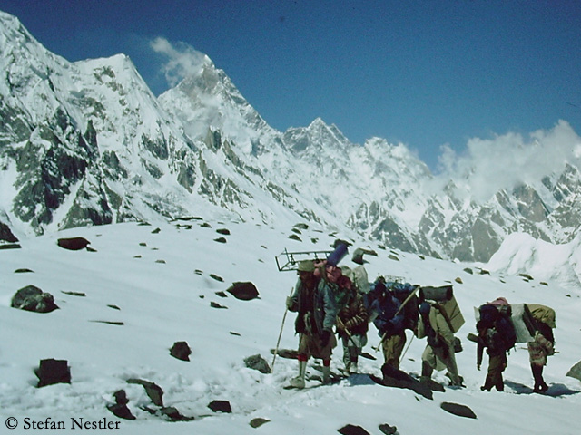 Портеры на леднике Балторо. Фото Stefan Nestler