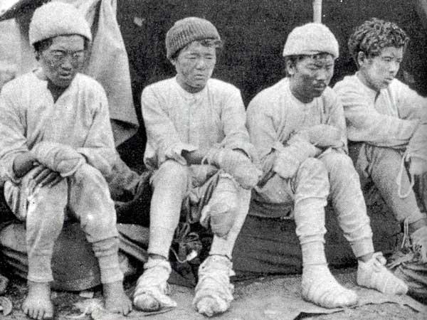 Выжившие на Нангапарбат шерпы: Да Тхундуп (Da Thundup), пасанг Кикули (Pasang Kikuli), Китар (Kitar) и Пасанг ( Pasang). 1934 год.