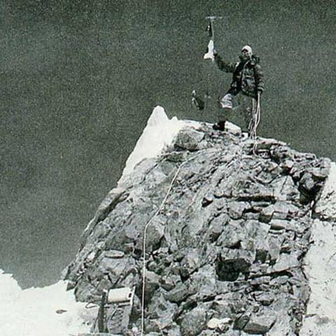 Классическое фото Гьялзен Норбу (Gyalzen Norbu), стоящего на вершине восьмитысячника Манаслу после первого восхождения на эту вершину. Фото Toshio Imanishi