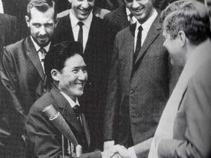Наванг Гомбу (Nawang Gombu) на встрече с президентом США Кеннеди после первого американского восхождения на вершину Эвереста. Фото Norman Dyhrenfurth