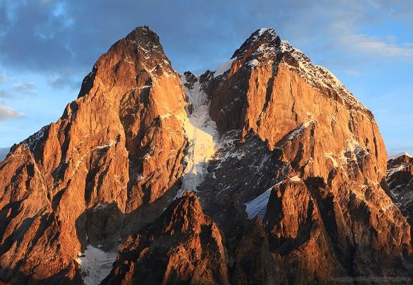 Массив Ушбы с востока . Южная Ушба слева. Такой вид может быть только на восходе. Фото alexclimb . com
