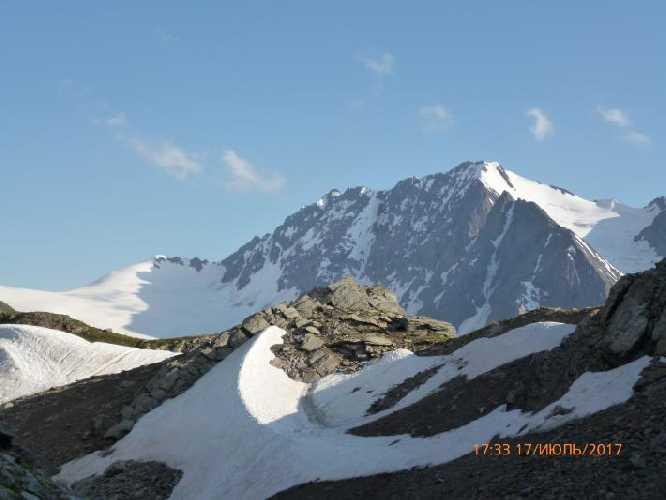 Пик 3820 м почти с 3000 м (возле перевала Чижди). Фото Сергей Дидора