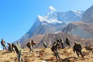 Более 800 килограмм мусора собрали с горы Ама-Даблам непальские военные