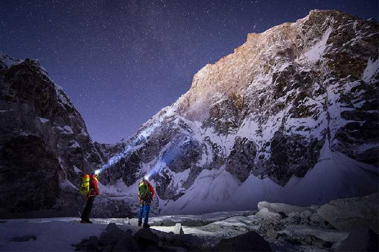 Давид Лама (David Lama) и Конрад Анкер (Conrad Anker) у подножия Лунаг-Ри. 2016 год. Фото Stefan  Voitl
