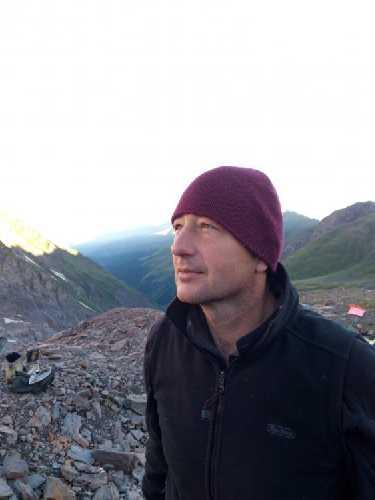 Андрей смотрит на горы  Сванетского хребта.  Фото Сергей Дидора