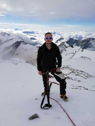 Саша в нескольких верёвках от вершины Лайла центральная.  Фото Сергей Дидора