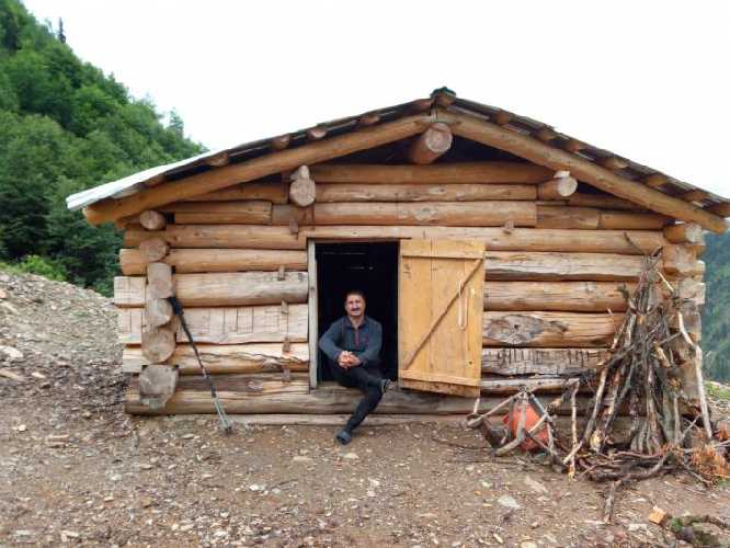 Домик  на 2170 м , в районе кошей, при подъёме на перевал Чижди. Очень даже нам был полезен в непогоду. Построил голландец Эрик, которому 22 года. Хочет 10 лари за ночь и там 8 спальных нар.  Фото Сергей Дидора