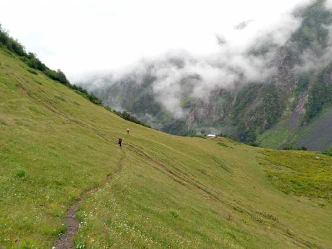 От домика надо набрать 800 метров высоты до перевала Чижди. Фото Сергей Дидора