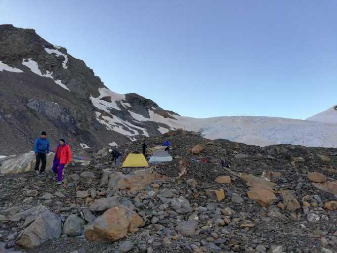 Наш лагерь на  боковой морене верхней трети ледника Лайла. Фото Сергей Дидора