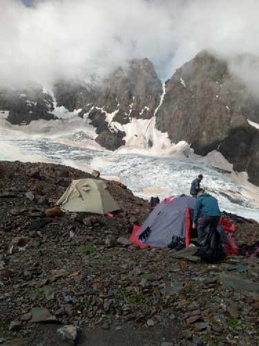 Наш лагерь под Лайлой после затяжного, холодного дождя. Фото Сергей Дидора