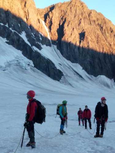 """Команда идёт на Гору и сначала на перевал Джвари. Можно подумать , что не знают куда идти! Просто один из гномов отошёл """"в сторонку"""", а другие любуются горами и рассветом. Фото Сергей Дидора"""