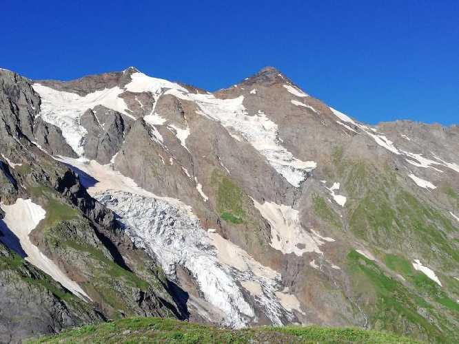 Это хребет и вершины на запад от пика 3822 м. Правая вершины без каких то метров 4000 тысячник! Фото Сергей Дидора