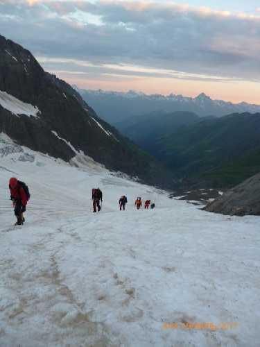 Ледник спускается к реке и заканчивается напротив сванского Эвереста -  горы Штавлер (на этом фото).  Фото Сергей Дидора
