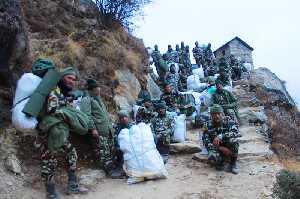 Уборка мусора на Ама-Даблам. Фото Sarbes Baral