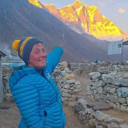 Оксана Морнева на фоне восьмитысячника Лхоцзе. Фото Оксана Морнева