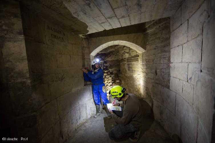 Хорошо известный Парижский Музей Катакомб, как вы, наверное, уже догадались, является частью данной системы туннелей.